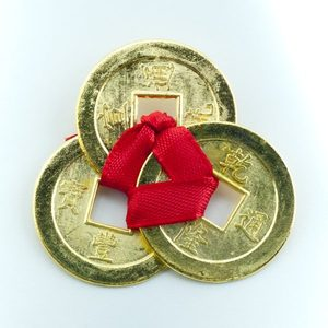 Золотые монеты счастья на красной нитке